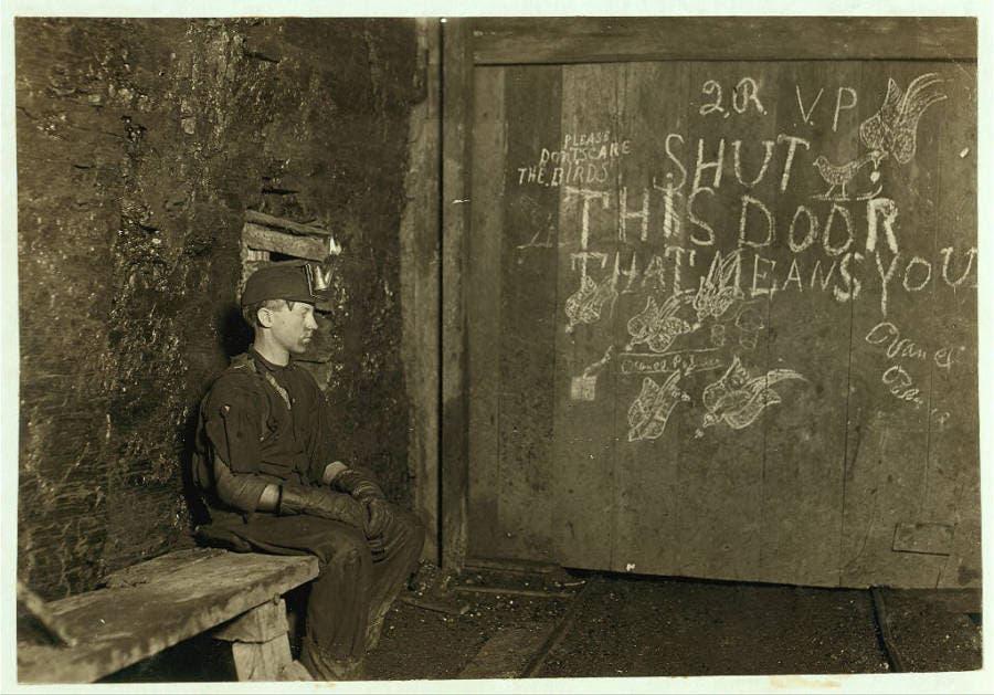 طفل عمره 15 سنة أثناء تواجده بمنجم فحم في فرجينيا