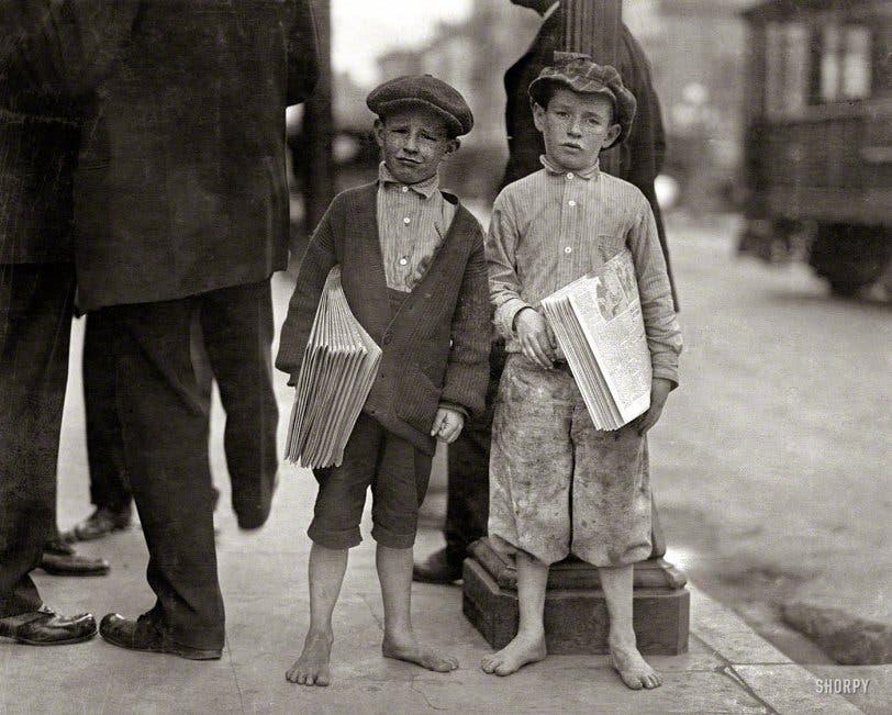 طفلان حافيان عملا في مجال بيع الصحف عام 1916