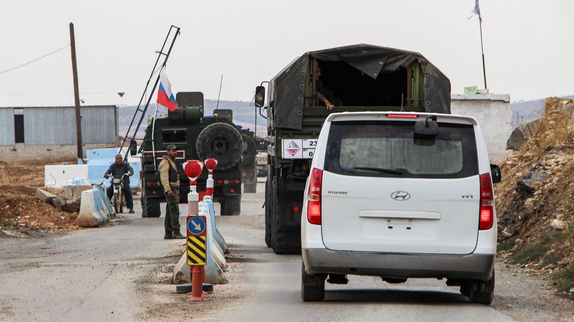 آلية للشرطة العسكرية الروسية تمعبر حاجز للقوات الكردية في كوباني (فرانس برس)