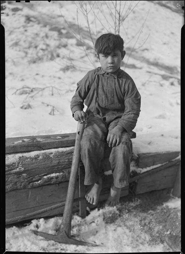 صورة التقطت خلال ثلاثينيات القرن الماضي لطفل أثناء استراحته بعد ساعات من العمل على استخراج الفحم