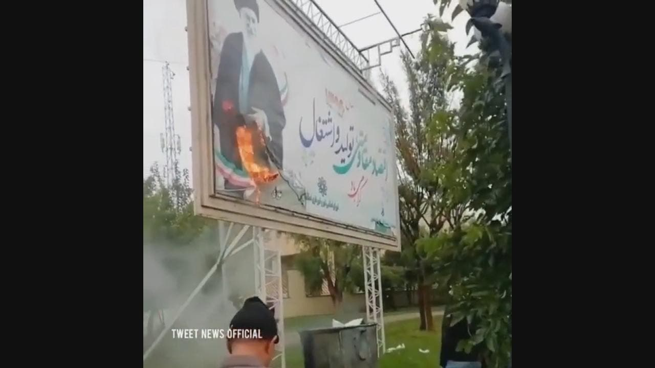 حرق صورة المرشد خامنئي من قبل المتظاهرين في اسلامشهر والتي تبعد 12 كليومتر عن طهران العاصمة