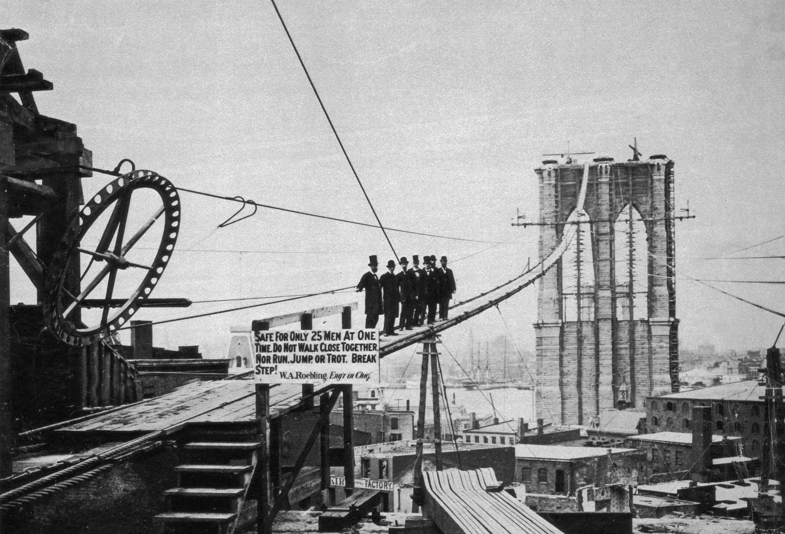 صورة لجانب من الأشغال بجسر بروكلين وهو قيد الإنشاء