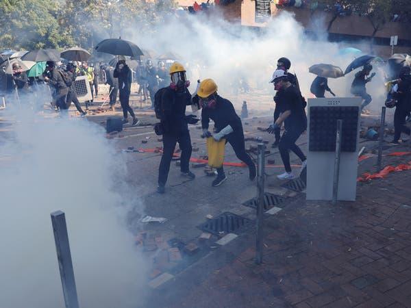شرطة هونغ كونغ تطلق الغاز المسيل للدموع قرب حرم جامعي