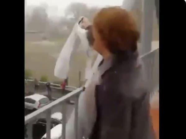 شاهد إيرانية تحتج بخلع حجابها وتصف خامنئي بقليل الشرف
