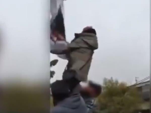"""شاهد.. إيرانية تمزق لافتة """"الموت لأميركا"""" وسط هتاف """"الموت لخامنئي"""""""