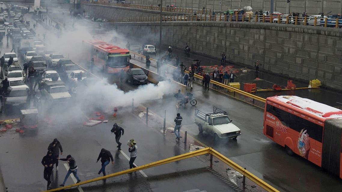 أفراد من قوات مكافحة الشغب يحاولون تفريق المُحتجين على رفع أسعار الوقود في طهران يوم 16 نوفمبر تشرين الثاني 2019- رويترز