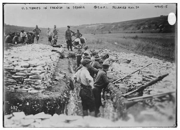 جنود أميركيون داخل الخنادق بفرنسا