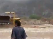 فيديو مذهل.. سعودي ينقذ بجرافته 3 جرّهم السيل بالباحة