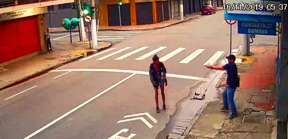 شاهدة العيان عند زاوية الشارع إلى اليسار، رأت وسمعت كل شيء