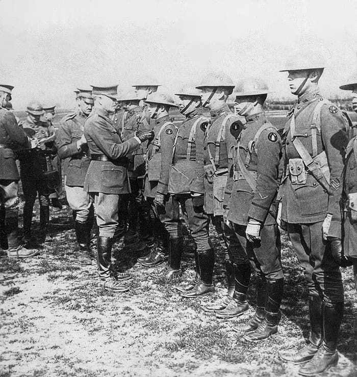صورة للجنرال بيرشنغ وهو يمنح الأوسمة للجنود سنة 1919