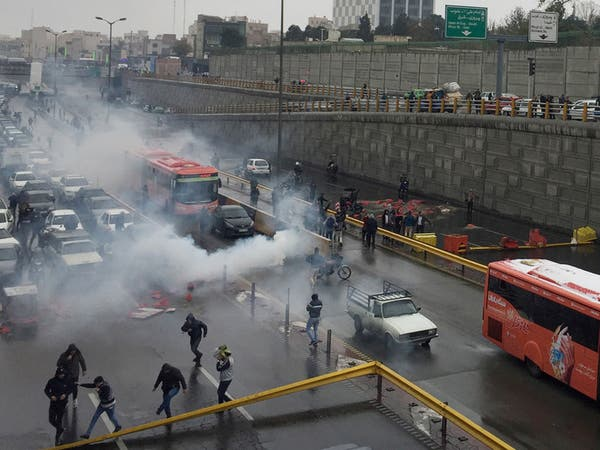 مئات القتلى بتظاهرات إيران.. وقلب خامنئي على الأميركيين