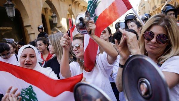 """شيخ من حزب الله يثير عاصفة.. """"إهانة"""" لمحتجات لبنان"""