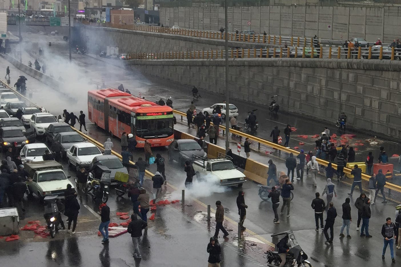محتجون إيرانيون في طهران يوم 16 نوفمبر