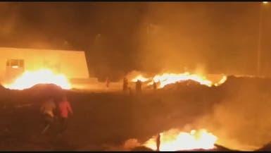 شاهد محتجين غاضبين يحرقون المبنى الجديد لمحافظة ذي قار
