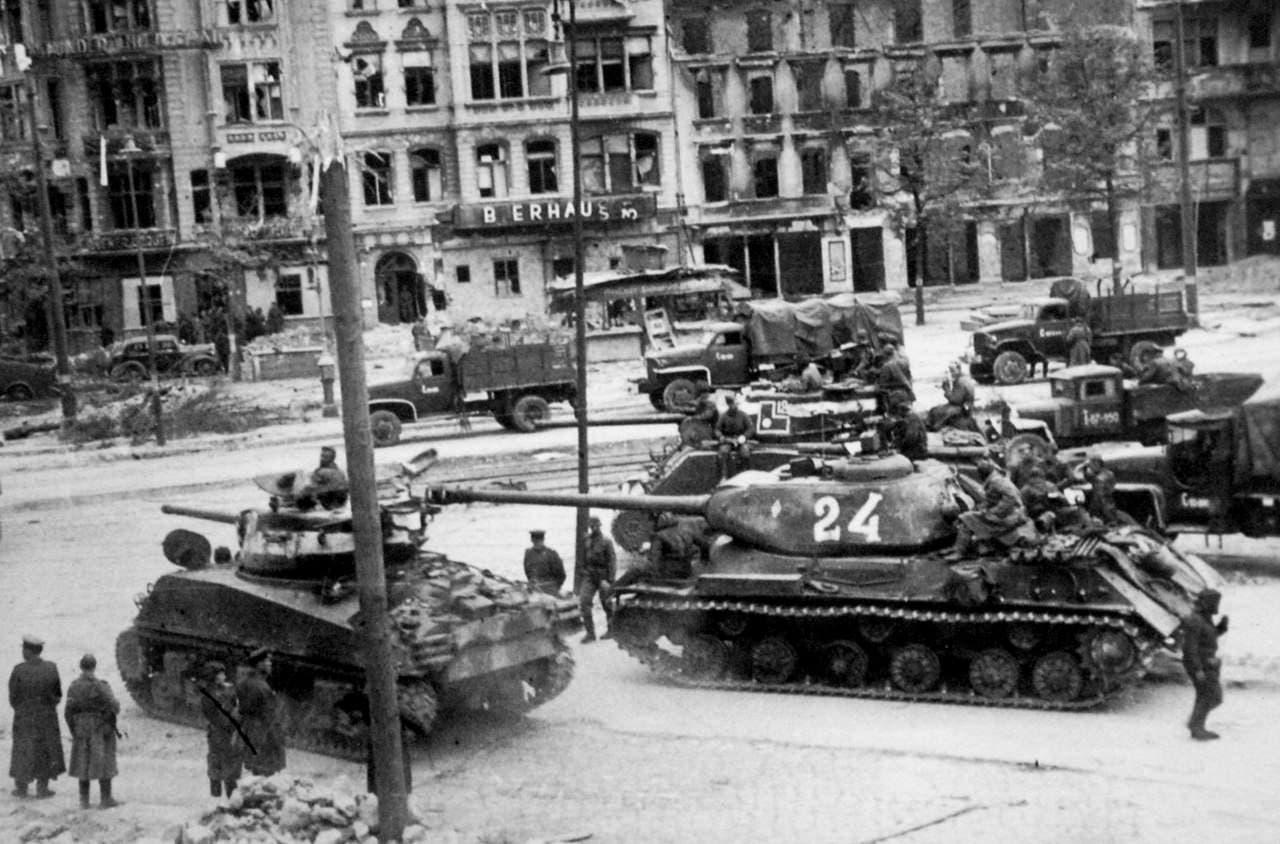 صورة لدبابات سوفيتية ببرلين خلال شهر مايو 1945