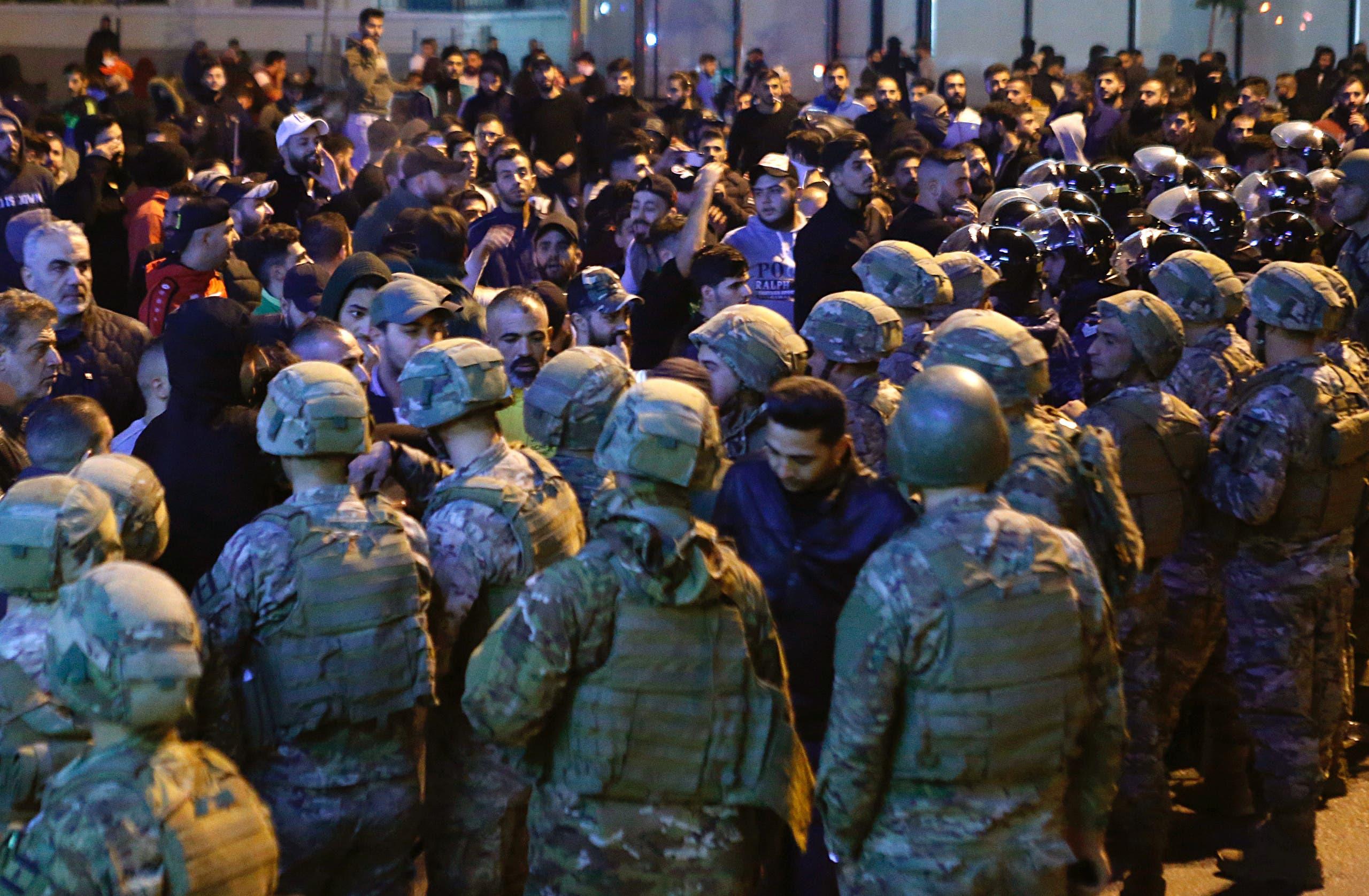 جنود من الجيش اللبناني ينتشرون بعد اشتباك بين المتظاهرين وأنصار حزب الله وأمل وسط بيروت