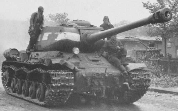 صورة لدبابة سوفيتية من نوع إيوسيف ستالين 2