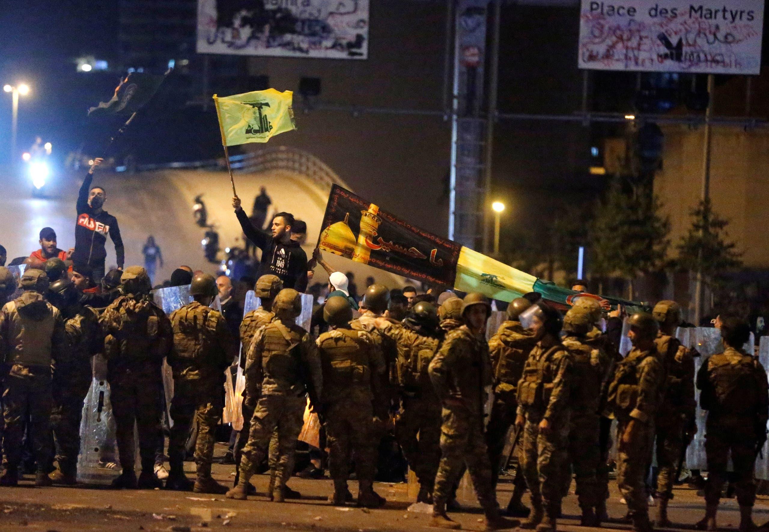 من اعتداء أنصار حزب الله وأمل على المحتجين عند جسر الرينغ (24 نوفمبر- رويترز)