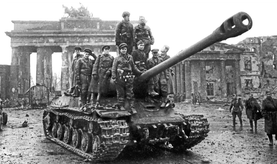صورة لجنود سوفيت فوق دبابة إيوسيف ستالين بالعاصمة برلين سنة 1945