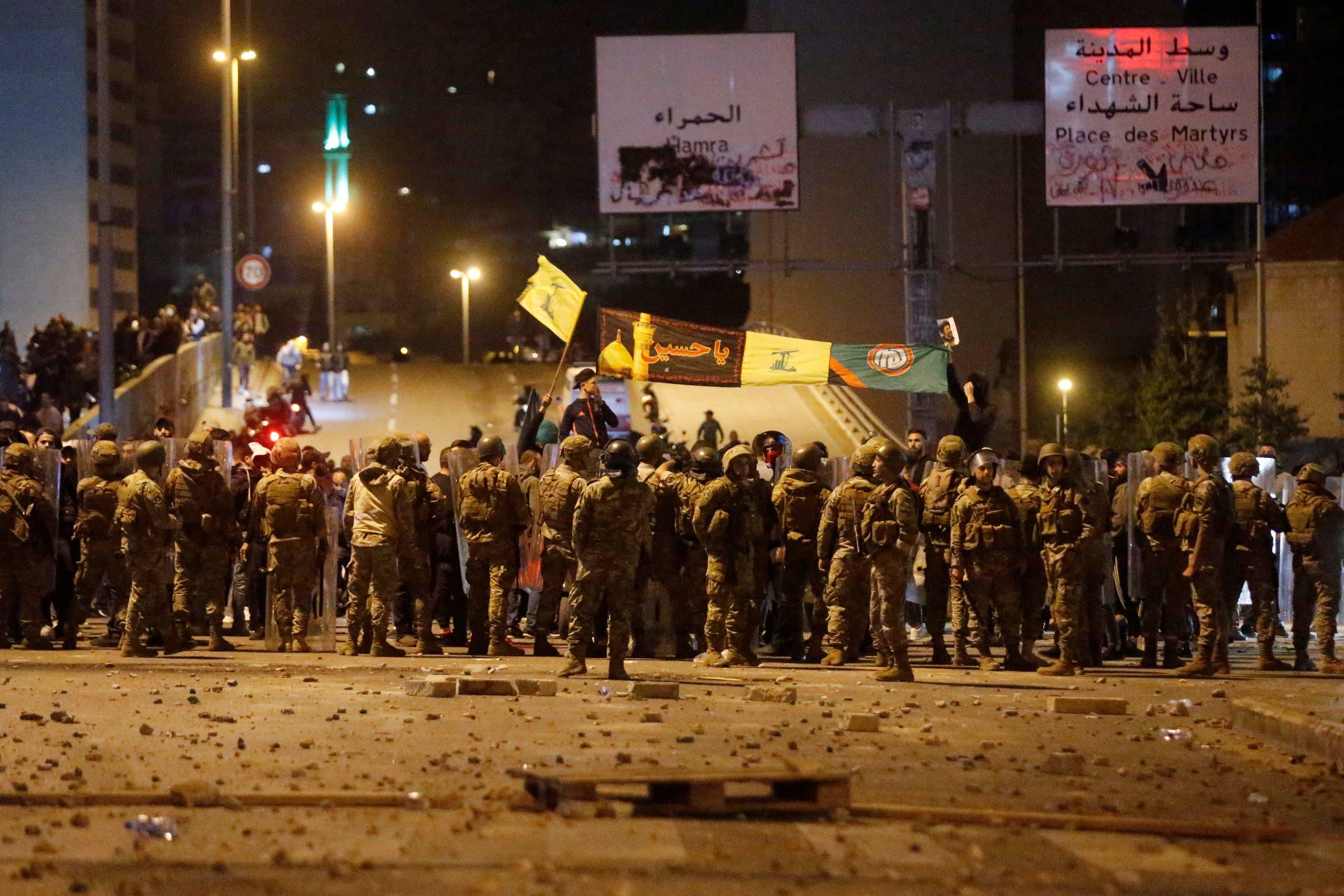 من اعتداء أنصار حزب الله وأمل على المحتجين عند جسر الرينغ (25 نوفمبر- رويترز)