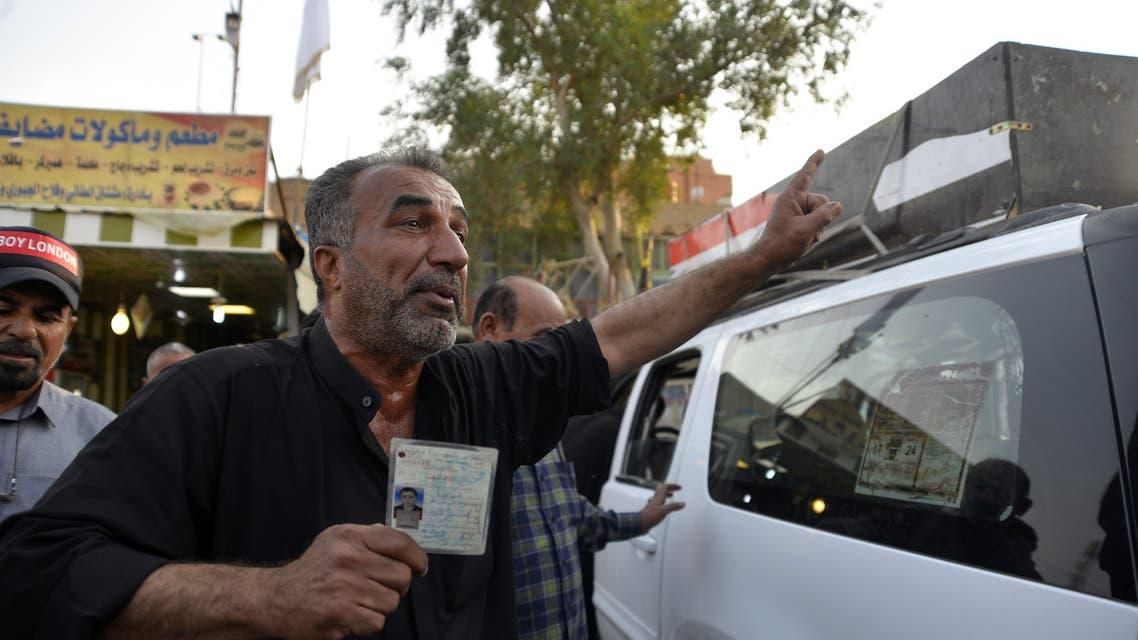 عراقي يشيع أحد أقربائه في الناصرية (24 نوفمبر- فرانس برس)