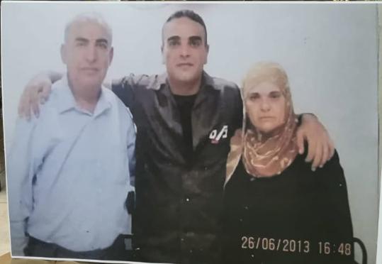 سامي أبو دياك مع والده ووالدته في زيارة له داخل السجن