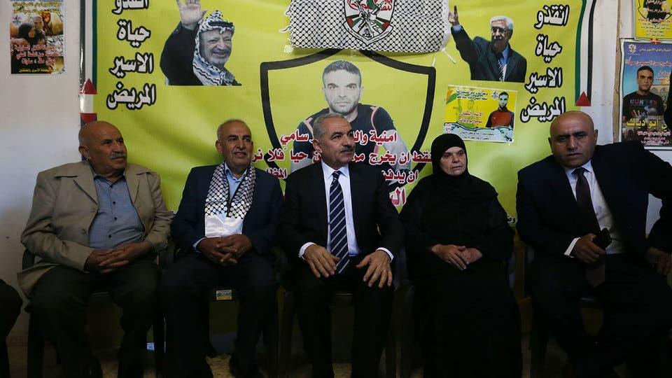 محمد اشتية خلال زيارته عائلة ابو دياك (وفا)