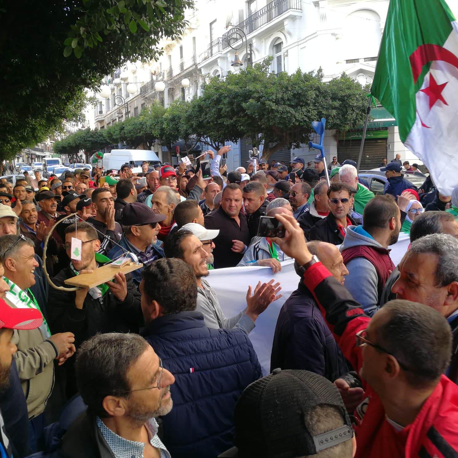 الجزائر.. مناوشات بين مؤيدي ومعارضي إجراء الرئاسيات