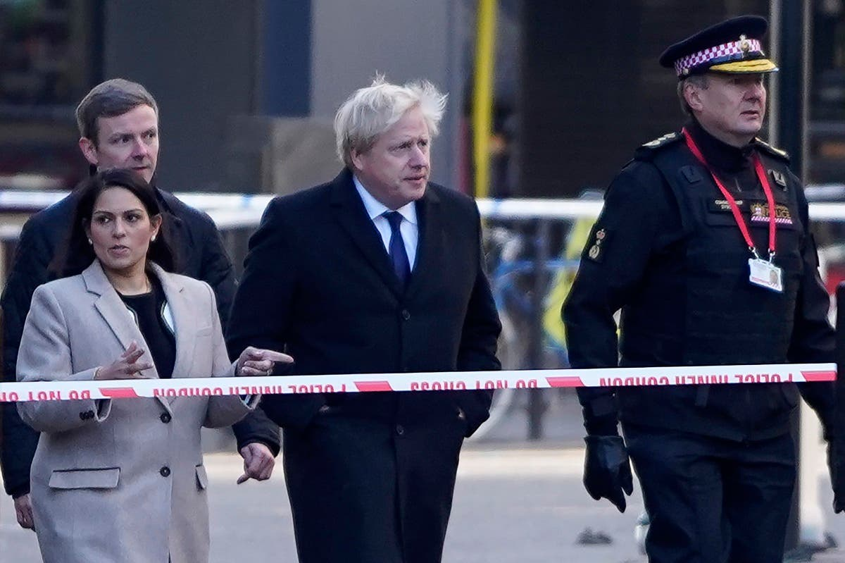 UK Prime Minister Boris Johnson, c), Home Secretary Priti Patel, (L) and Commissioner of the City of London Police, Ian Dyson (R) arrive at the scene of a stabbing on London Bridge in the City of London. (File photo: AFP)