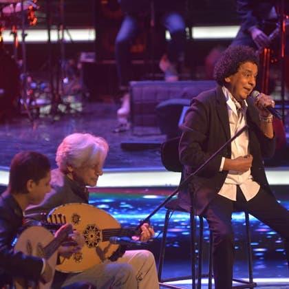 محمد منير يكشف عن مرضه الذي يجبره على الغناء جالساً في حفلاته