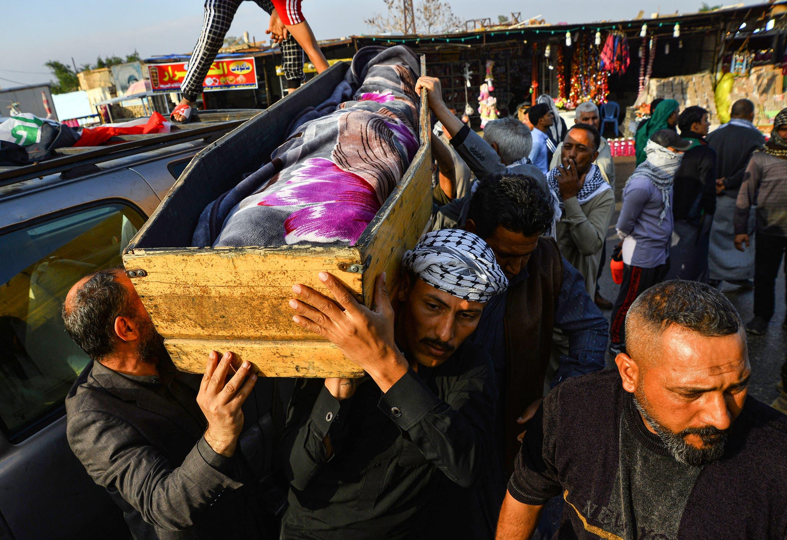 من تشييع ناشط عراقي قُتل خلال الاحتجاجات في النجف في نوفمبر 2019