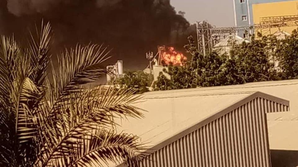 خرطوم میں واقع سرامکس فیکٹری میں آگ لگنے کے بعد سیاہ دھویں کے بادل بلند ہورہے ہیں۔