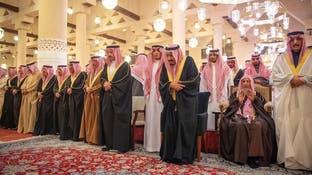 خادم الحرمين الشريفين يؤدي صلاة الميت على الأمير متعب بن عبدالعزيز