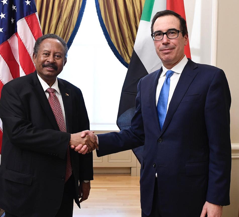 وزير الخزانة الأميركي منوتشين ورئيس الحكومة السودانية حمدوك في واشنطن