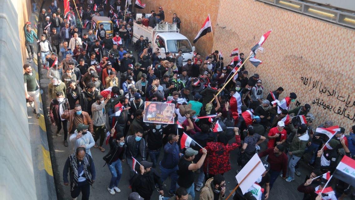 توجه العشرات إلى ساحة التحرير في بغداد(5 ديسمبر - رويترز)