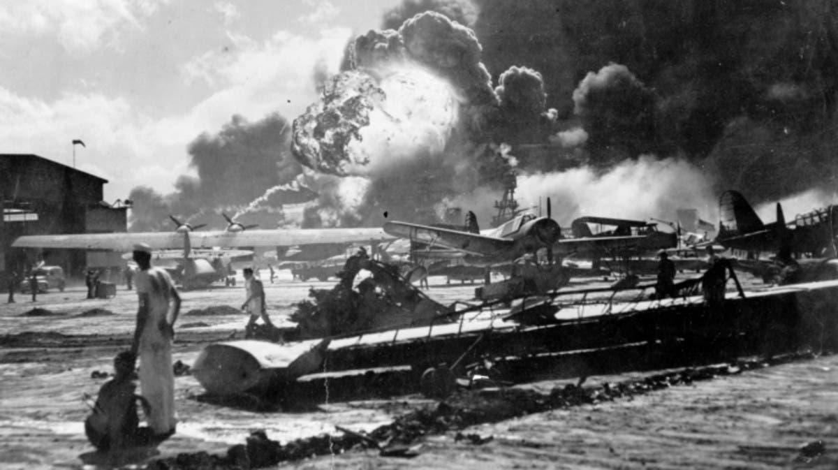 صورة لعدد من الطائرات الأميركية المتفحمة عقب هجوم بيرل هاربر