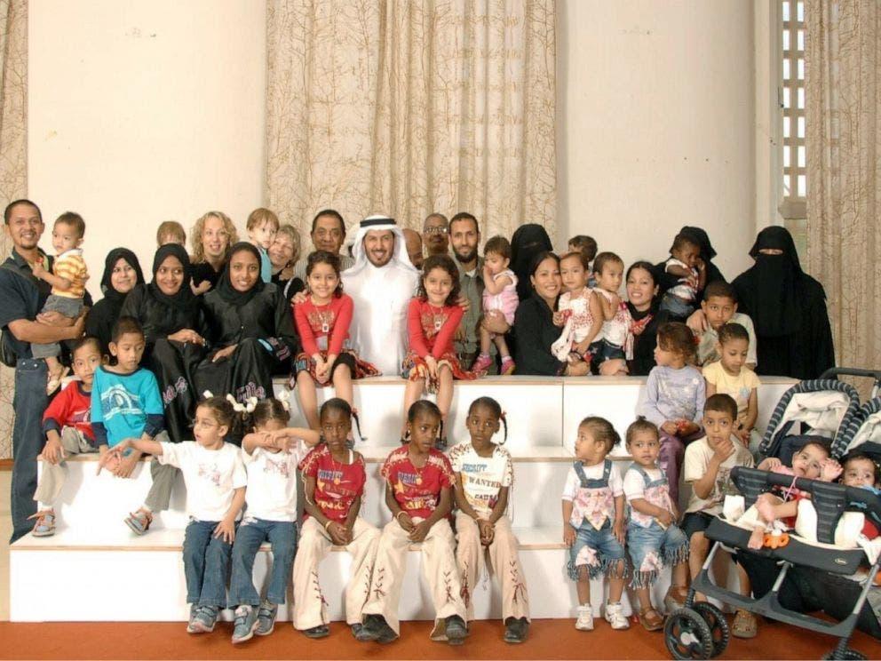دکتر عبدالله با کودکانی از مناطق مختلف جهان که آنها را عمل جراحی کرده و از هم جدا شدهاند