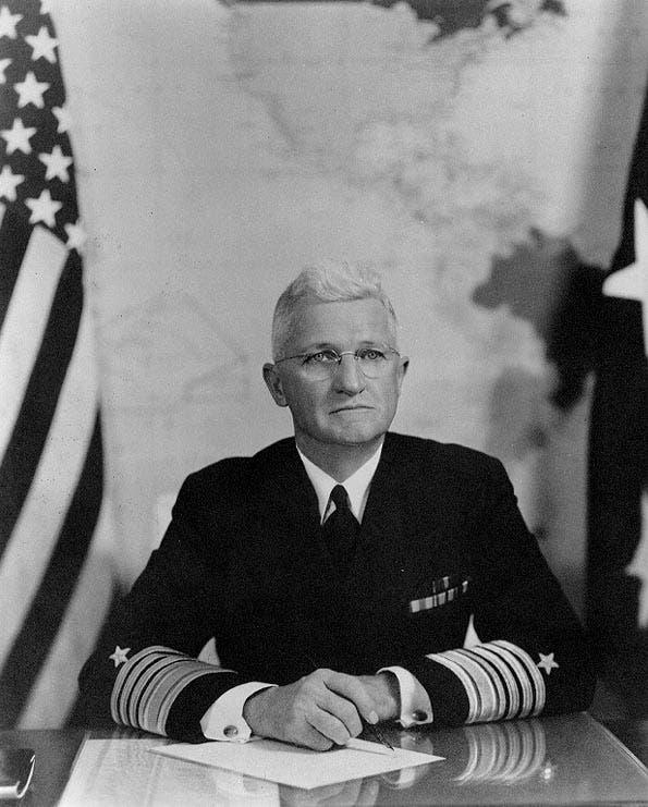 صورة لرئيس العمليات البحرية هارولد رينزفورد ستارك