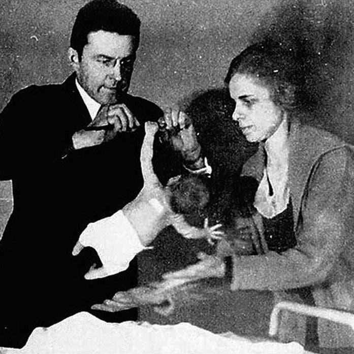 صورة للطبيب واتسون خلال إجرائه إحدى التجارب حول تصرفات الأطفال
