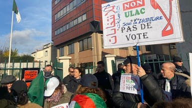 جزائريون ينددون بالانتخابات.. أمام مراكز الاقتراع في فرنسا