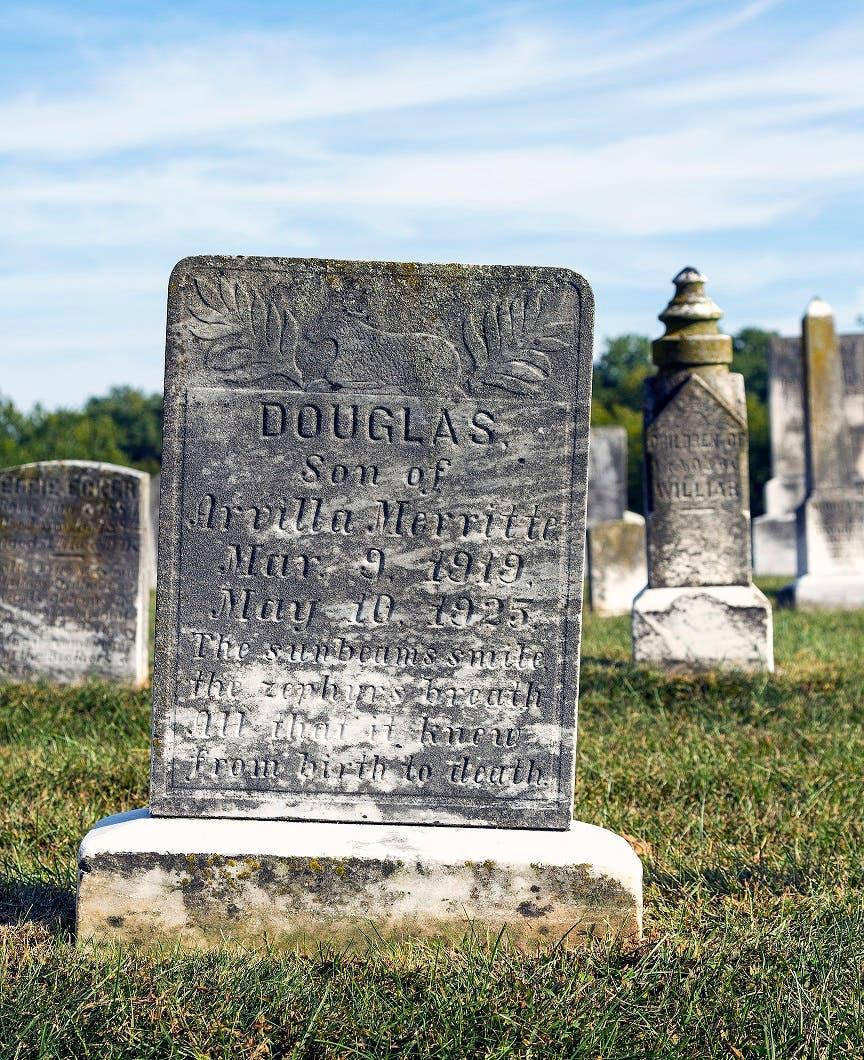 صورة لما يعتقد أنه قبر الطفل دوغلاس ماريات
