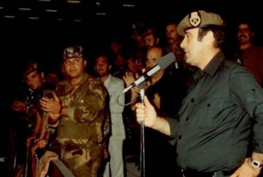 رفعت الأسد أمام حشد من سرايا الدفاع عام 1982