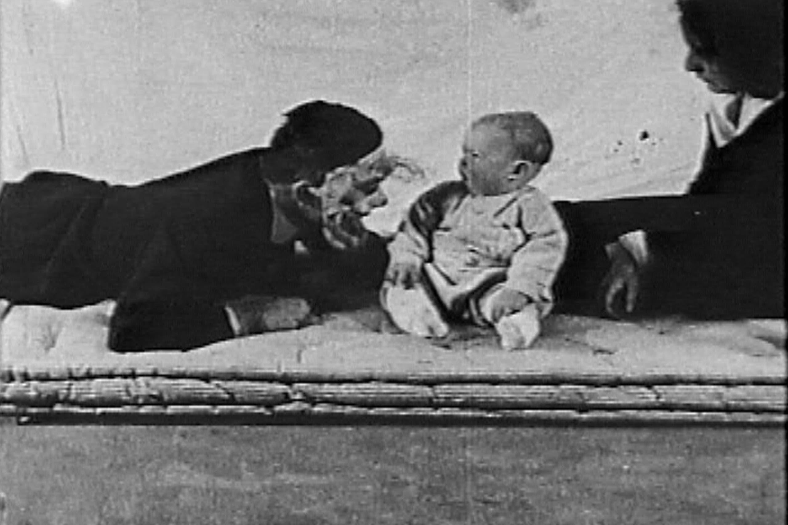 صورة فوتوغرافية للطبيب واتسون أثناء التجربة على الطفل ألبرت