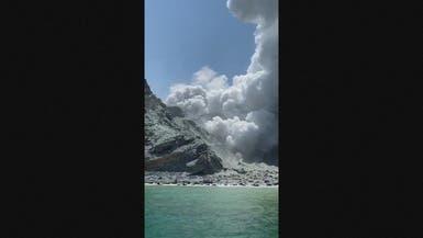 شرطة نيوزيلاندا تفتح تحقيقا.. وسياح داخل فوهة بركان!