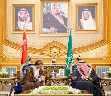الملك سلمان بن عبد العزيز، ورئيس الوفد العماني للقمة الخليجية، فهد آل سعيد
