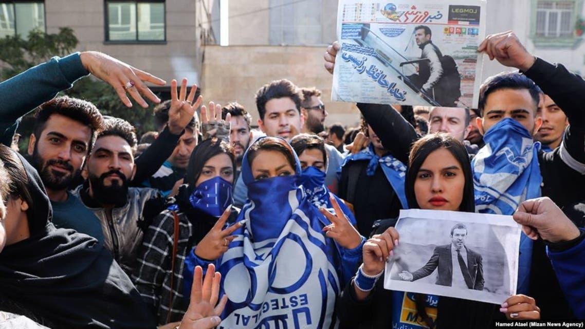مشجعو استقلال يتجمعون أمام النادي في طهران
