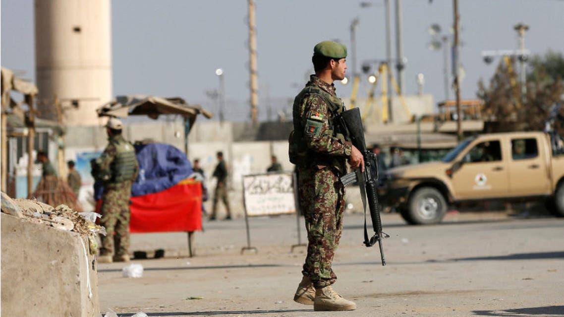 عنصر أمن أفغاني قرب قاعزة باغرام الأميركية في أفغانستان