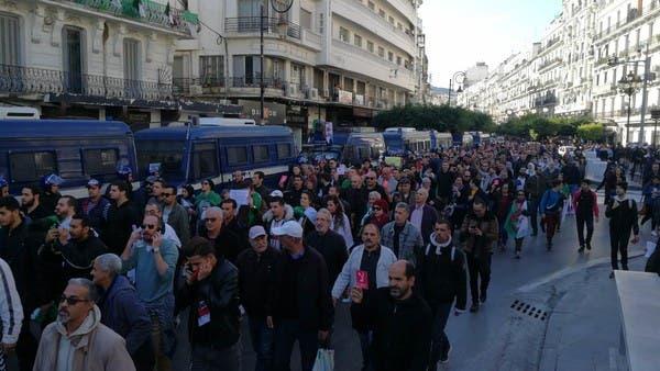 قبل ساعات على رئاسيات الجزائر.. مسيرات رافضة ومؤيدة