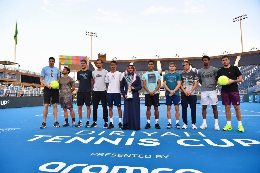 الأمير عبدالعزيز الفيصل مع النجوم المشاركين في البطولة