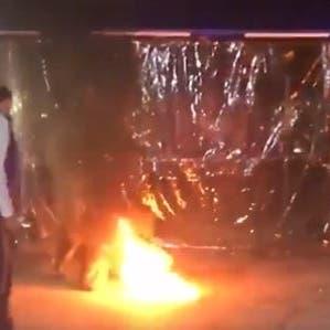 شاهد.. عناصر حزب الله وأمل يحرقون خيم متظاهرين في بيروت